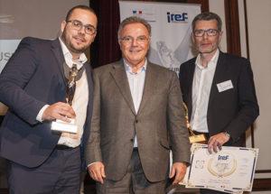 Trophée « Ambassadeur du Réseau » : Maxime Balouzat, Alain Afflelou / Trophée d ' »Or » : Yann Bouchet Alain Afflelou Accousticien, accompagnés de Alain Afflelou